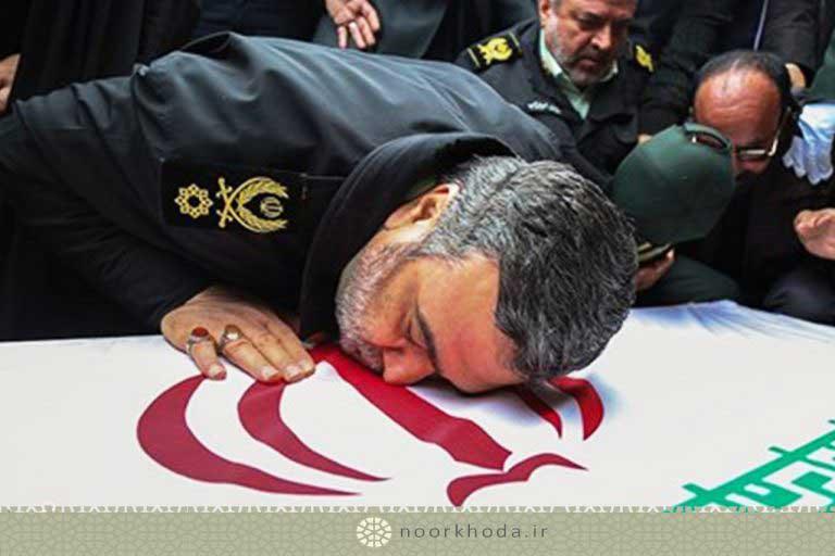 سردار اشتری و بوسه بر تابوت شهید سید نورخدا موسوی